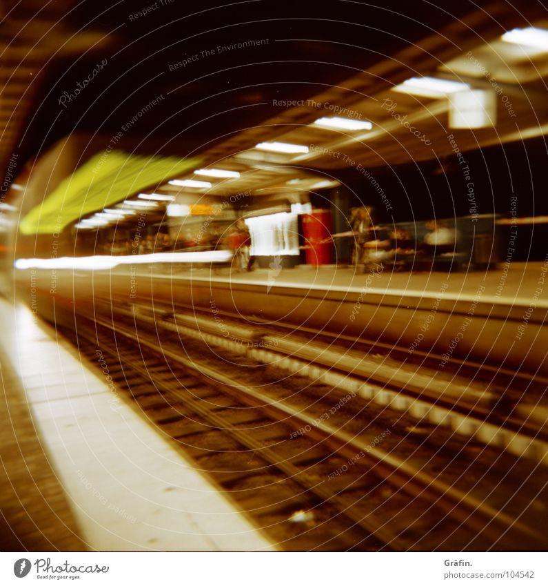Vorbeigezischt U-Bahn Hochbahn Schnellzug Nacht Mitternacht Einfahrt fahren Eisenbahn Langzeitbelichtung Bahnsteig Ankunft kommen Gleise Licht Fußgänger Fahrer