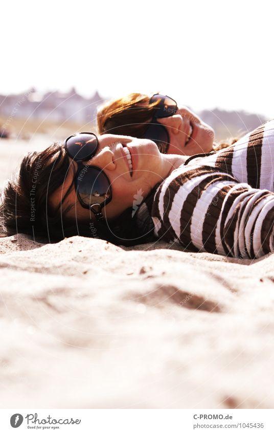 Tag am Meer III Mensch Kind Jugendliche blau schön Sommer Junge Frau Erholung Freude 18-30 Jahre Strand Erwachsene feminin Glück braun Sand
