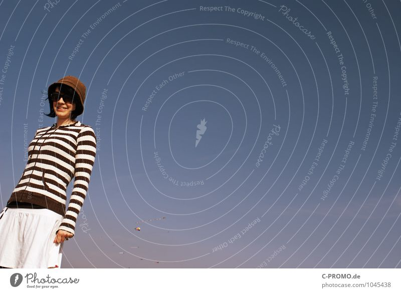 Tag am Meer I Mensch feminin Junge Frau Jugendliche Erwachsene 1 13-18 Jahre Kind 18-30 Jahre Himmel Wolkenloser Himmel Rock Sonnenbrille Hut brünett Lächeln