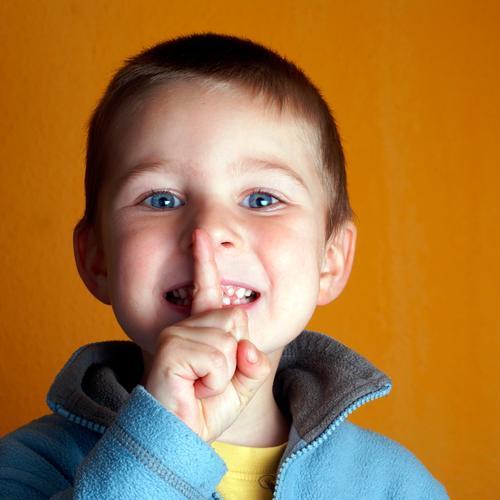 PSSSSSSSST.... Kind Junge Kopf Auge Mund Finger 1 Mensch 1-3 Jahre Kleinkind 3-8 Jahre Kindheit Pullover blau gelb Verschwiegenheit diszipliniert Ordnungsliebe
