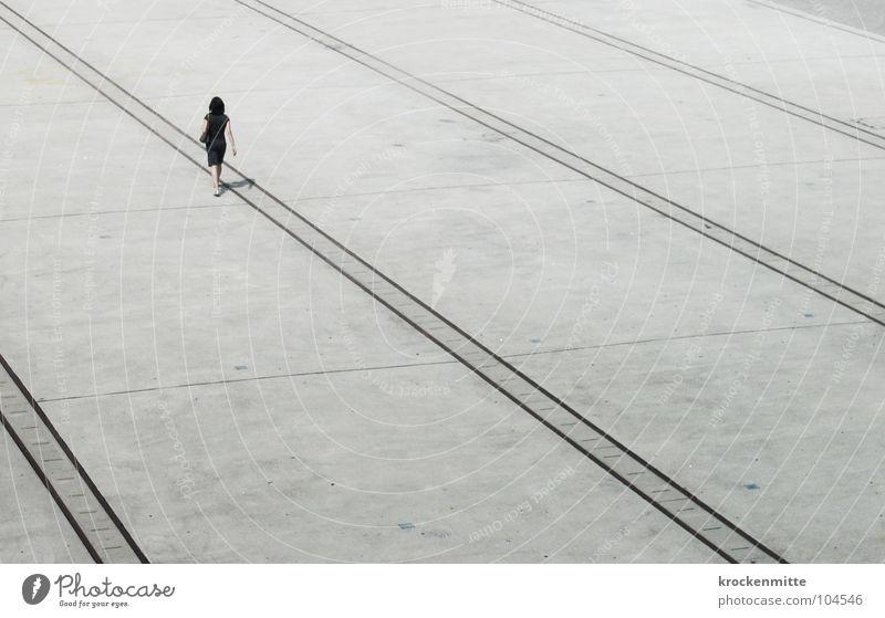 toute seule Frau Platz Überqueren Kleid gehen Einsamkeit verloren Turbinenplatz Richtung Verkehrswege Schatten Linie Mensch laufen Zürich einzelkämper