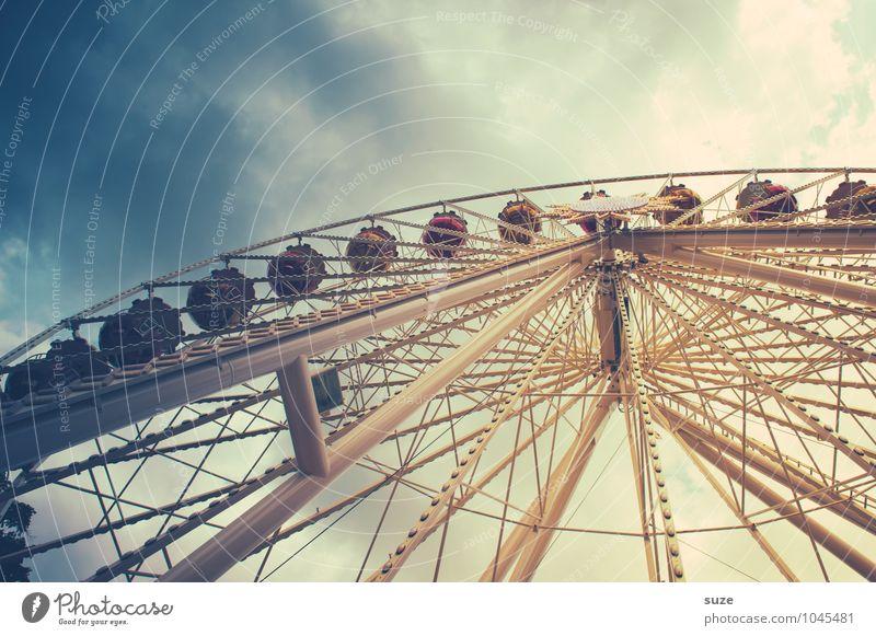 Schwindelig | hochoben Freizeit & Hobby Feste & Feiern Jahrmarkt Kindheit Himmel Wolken groß retro rund Freude Höhenangst Riesenrad Fahrgeschäfte dramatisch
