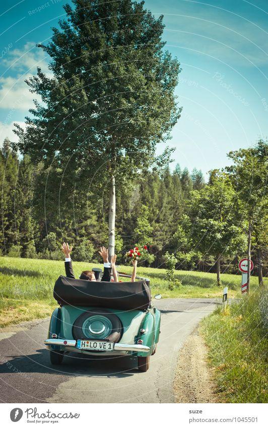 Fahrt ins Glück Mensch Frau Natur Mann Baum Hand Landschaft Umwelt Erwachsene Straße Liebe Feste & Feiern Paar Zusammensein PKW