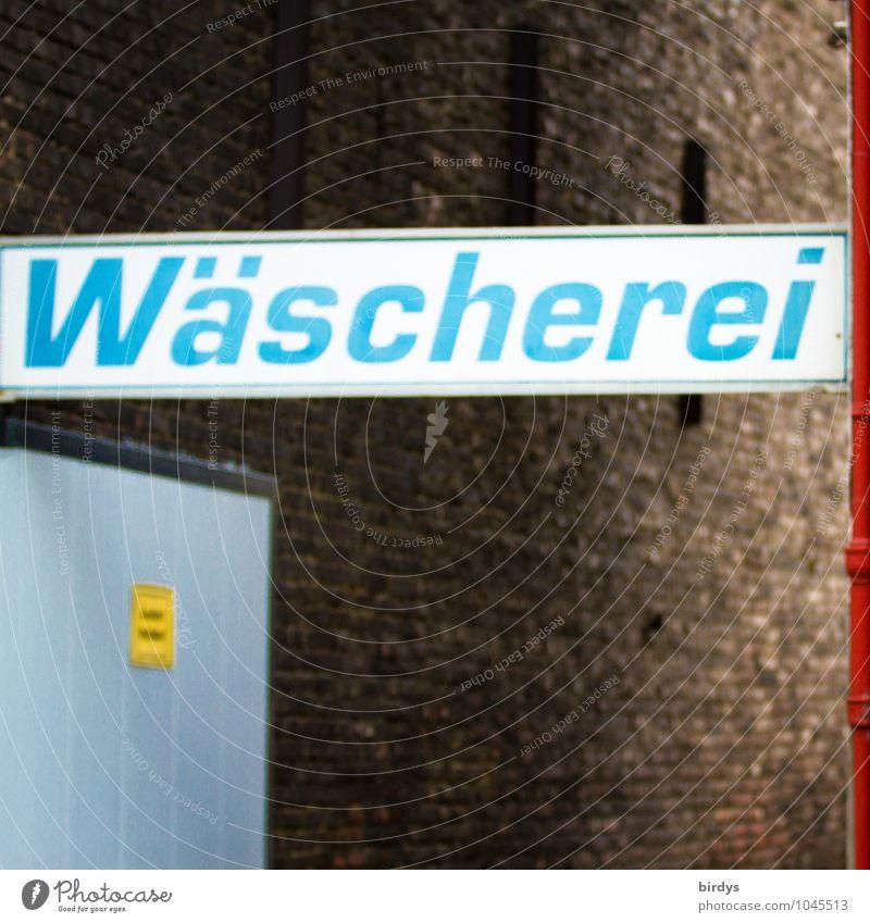 Wäscherei, großes Hinweisschild über der Einfahrt Dienstleistungsgewerbe Mauer Wand Tor Schriftzeichen Schilder & Markierungen außergewöhnlich Originalität