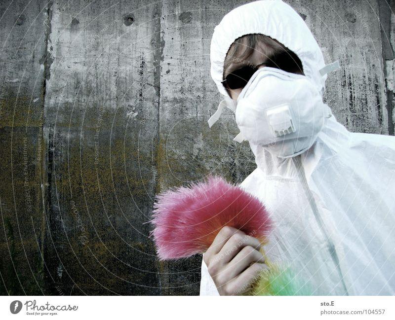 [b/w] wedelkämpfer #1 Kerl Körperhaltung weiß Arbeitsanzug Quarantäne Labor Laborant Reinigen Raumpfleger Staubwedel mehrfarbig Mundschutz Sonnenbrille Gelände