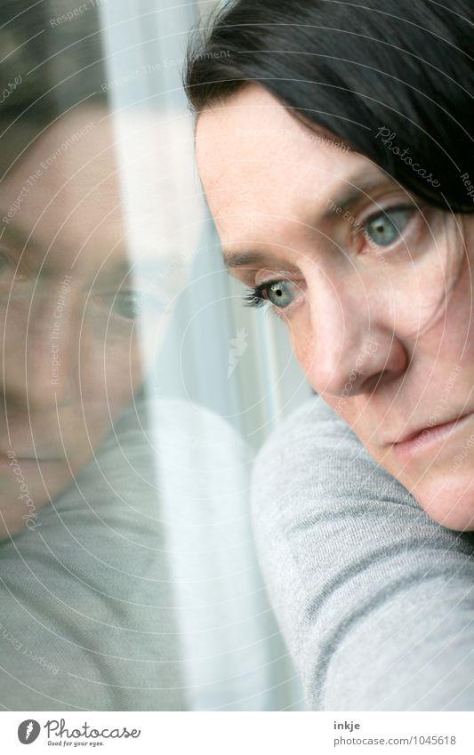 ...et la tristesse Lifestyle Frau Erwachsene Leben Gesicht 1 Mensch 30-45 Jahre Fenster Fensterscheibe Spiegelbild Glasscheibe Denken träumen Traurigkeit warten