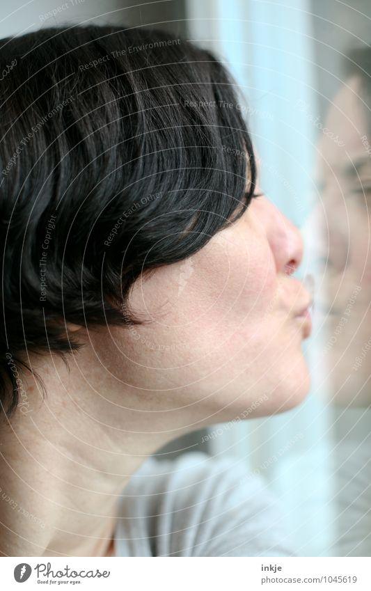 Nahaufnahme Frau küsst ihr Spiegelbild in der Fensterscheibe Lifestyle Freizeit & Hobby Erwachsene Leben Gesicht 1 Mensch 30-45 Jahre Küssen Gefühle Stimmung