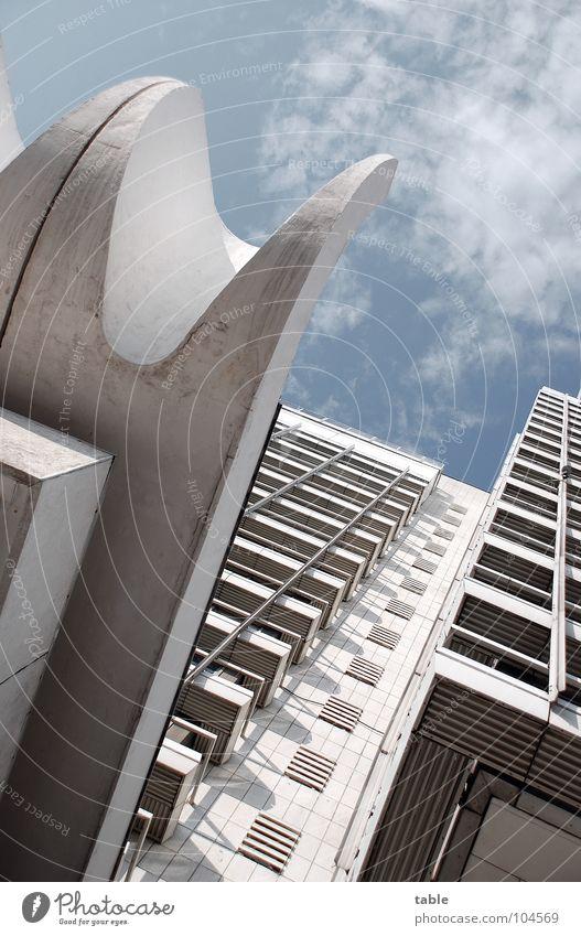 schöner wohnen Himmel weiß Sommer Wolken Haus Berlin Fassade Beton modern Hochhaus Hotel Balkon Aussicht Etage aufwärts