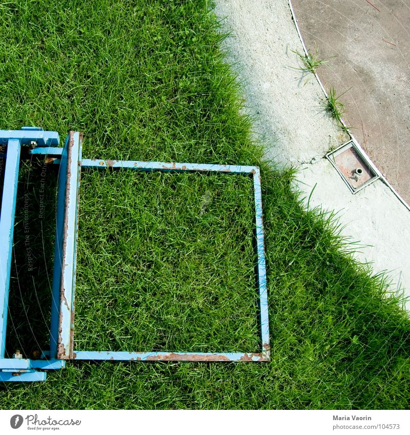 Stolperfalle: Sportplatz werfen Gras verloren Erfolg Sportveranstaltung Niederlage Spielfeld verlieren Feierabend Freizeit & Hobby Spielen Leichtathletik Leiter