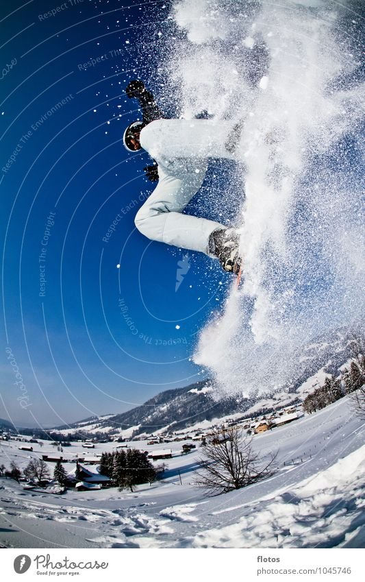 Snowfall blau weiß schwarz Sport springen hoch Schönes Wetter Wolkenloser Himmel Schneelandschaft Wintersport Trick Skipiste Snowboarding Winterstimmung