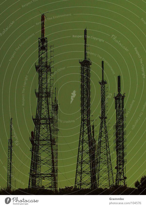 Auf Sendung grün Antenne Sender Fernsehen Überwachung Innenminister dunkel trist Radio Strommast