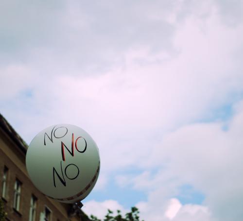 das ist verneinend. Haus sprechen Kommunizieren Luftballon Information Meinung gegen Ärger Demonstration standhaft Tapferkeit trotzig Helium Denkweise