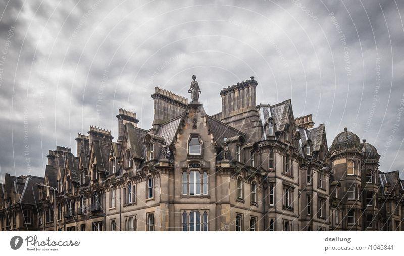batterie. Edinburgh Schottland Hauptstadt Stadtzentrum Haus Gebäude Dach Schornstein alt dunkel eckig historisch kalt trist grau Senior bizarr chaotisch
