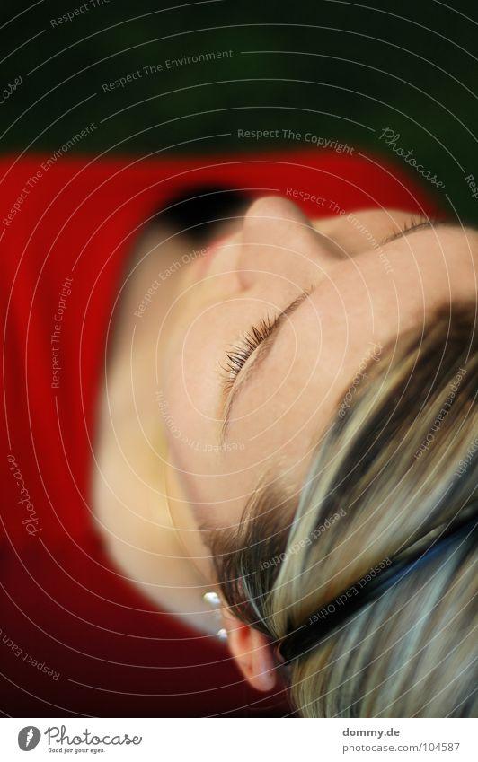 eye-catch Frau schön rot Gesicht schwarz dunkel Haare & Frisuren Mund Metall Haut Nase Ohr Lippen Brust Dame Pullover