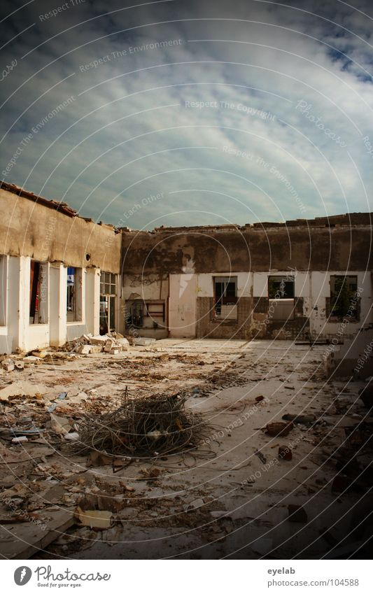Überdachung war gestern Himmel Wolken Haus Fenster Wand Stein Gebäude Wetter Baustelle Wandel & Veränderung Vergänglichkeit verfallen Müll Stahl Krieg Verfall