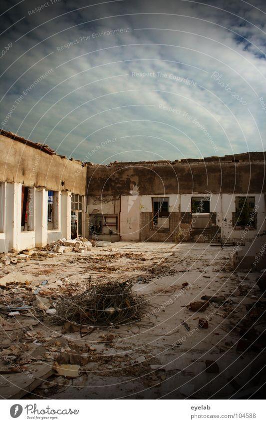 Überdachung war gestern Notfall Erneuerung regenerativ Bauschutt Müll baufällig Baustelle Demontage Gebäude Stahl Krieg untergehen Verfall verwandeln Haus