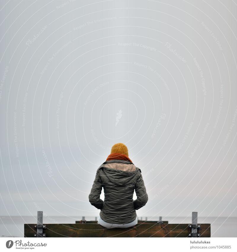 das ist auf einem Steg. Mensch Himmel Jugendliche Junge Frau Einsamkeit Ferne 18-30 Jahre Erwachsene Umwelt Herbst feminin Glück Denken grau Nebel sitzen