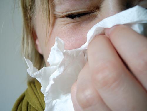 Niesen... Krankheit niesen Husten Taschentuch Mädchen Frau Hand Schniefen Staub Allergie kalt Winter Sommer Jahreszeiten unterkühlt Erkältung Infektion Luft