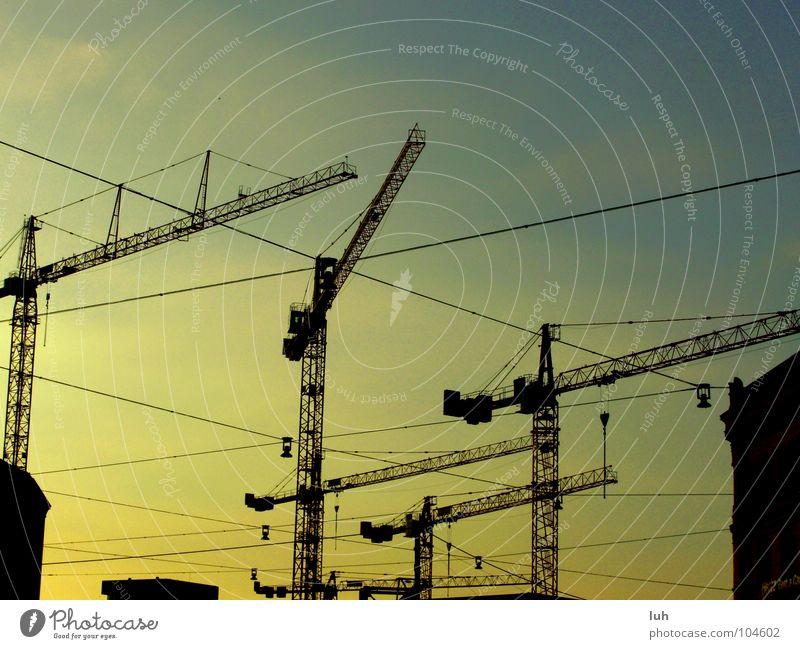 Kräne Kran gelb Sonnenuntergang schön Himmel Hannover mehrfarbig Baustelle Haus Handwerk blau Farbe bauen Linie hoch Dämmerung Stahlkonstruktion mehrere
