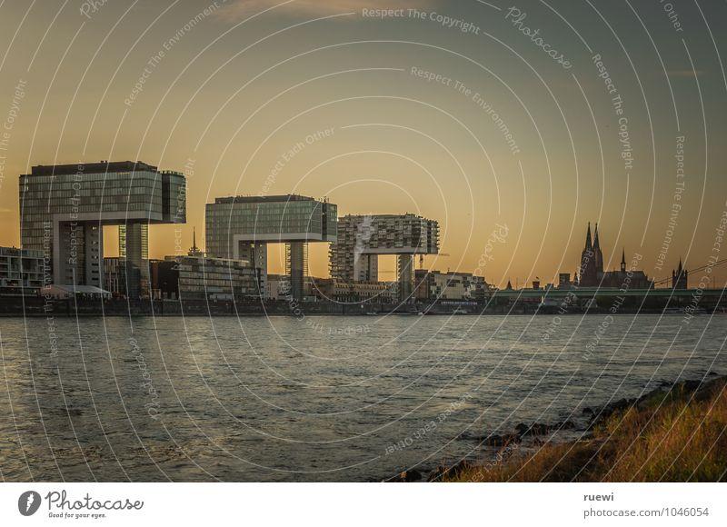 Kranhäuser und Dom Ferien & Urlaub & Reisen Stadt Sommer Wasser Architektur Gebäude Tourismus Häusliches Leben Büro modern Glas Hochhaus Zukunft Beton