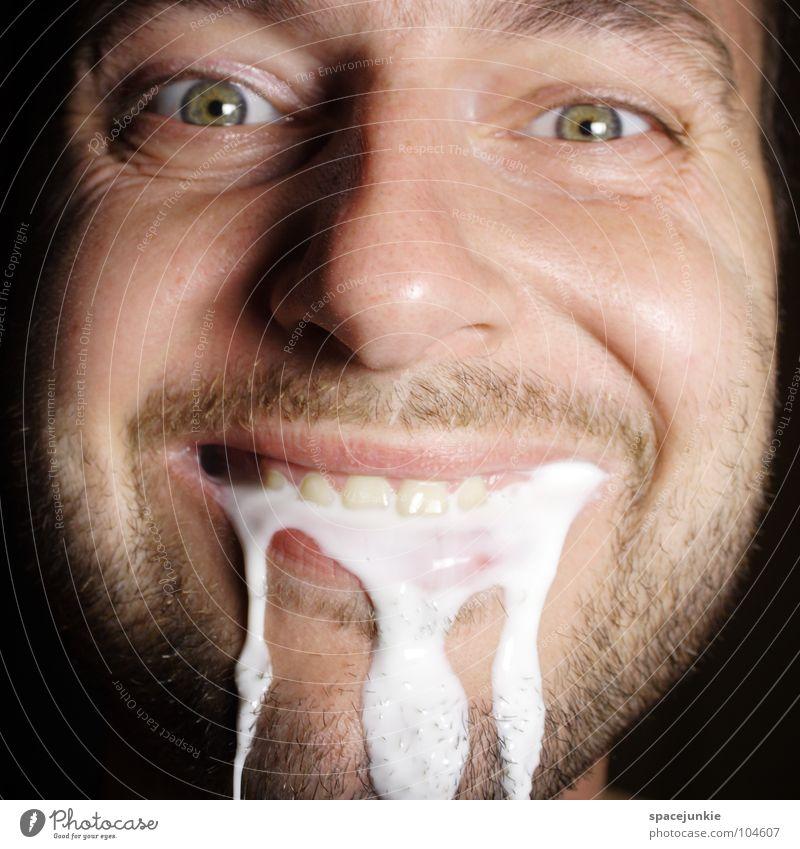 Ja bitte? Mann weiß Freude lachen lustig Ernährung Lebensmittel nass skurril feucht Humor Freak fließen Schaum Grimasse Milch