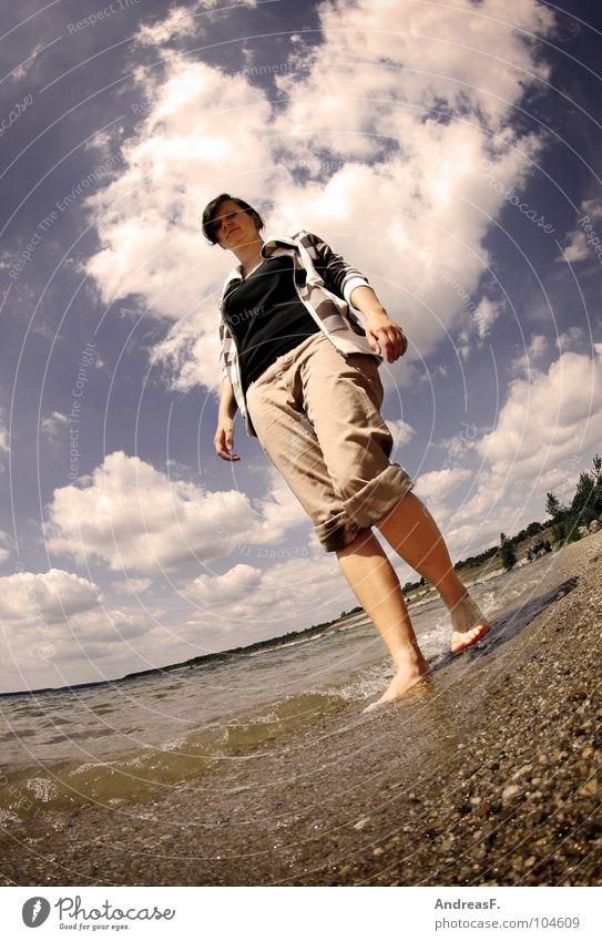 Kneippsches Wassertreten Strand See Sandstrand Spaziergang Strandspaziergang Sommer Ferien & Urlaub & Reisen nass Kieselsteine Wolken sommerlich Physik kühlen