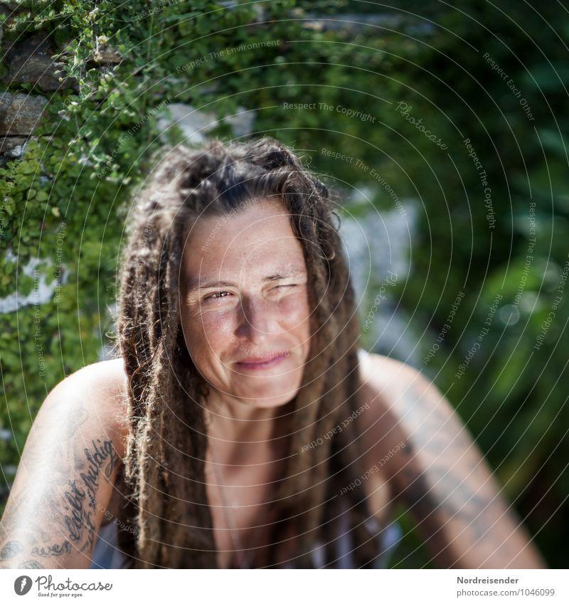 Kerstin Lifestyle Leben Mensch feminin Junge Frau Jugendliche Erwachsene 1 30-45 Jahre Garten T-Shirt Accessoire Tattoo Haare & Frisuren Rastalocken Lächeln