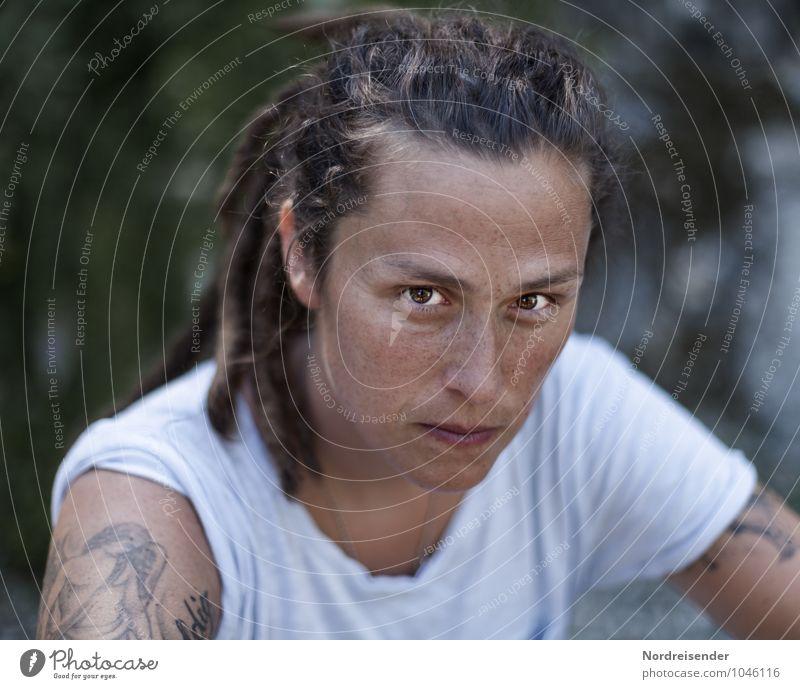 Junge Frau mit Sommersprossen schaut selbstbewusst in die Kamera Lifestyle Mensch feminin Jugendliche Erwachsene 1 30-45 Jahre T-Shirt Tattoo Locken Rastalocken