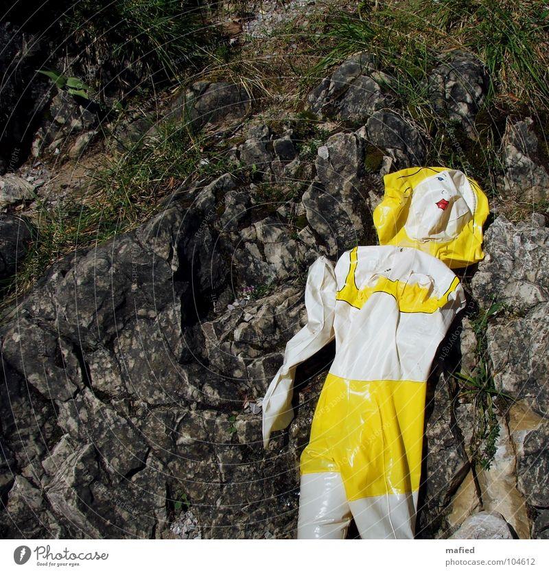 Atemlos Sommer Einsamkeit gelb grau Felsen leer kaputt Vergänglichkeit Falte Bayern hässlich Schwimmhilfe Bach flau Wildbach nutzlos