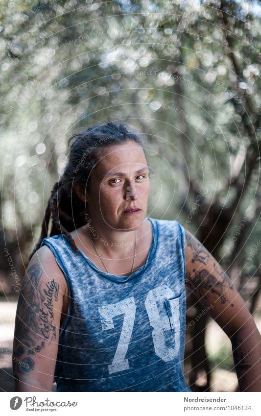 Junge Frau mit Tattoos schaut souverän in die Kamera Lifestyle Sinnesorgane Mensch feminin Jugendliche Erwachsene Leben 30-45 Jahre T-Shirt Rastalocken