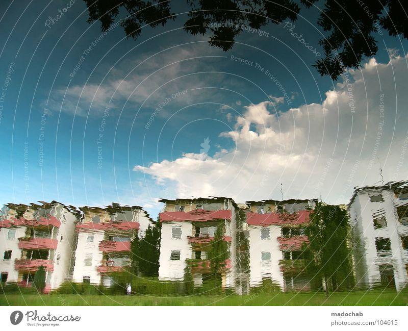 LAND UNTER Haus Reihenhaus Gebäude nass Reflexion & Spiegelung Tagtraum falsch Märchen Wohnsiedlung Balkon Sommer Kitsch Wellen träumen mehrfarbig prächtig