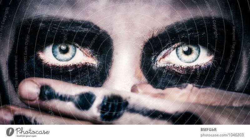 Am Abgrund Mensch Einsamkeit dunkel Gesicht Auge Traurigkeit Tod Angst gefährlich bedrohlich Vergänglichkeit einzigartig Macht Trauer Krankheit gruselig
