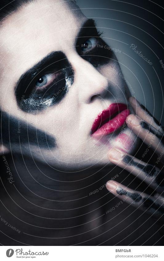 Dunkle Königin Schminke Halloween Mensch feminin Frau Erwachsene Hand Finger 1 30-45 Jahre Aggression außergewöhnlich bedrohlich Coolness dreckig dunkel