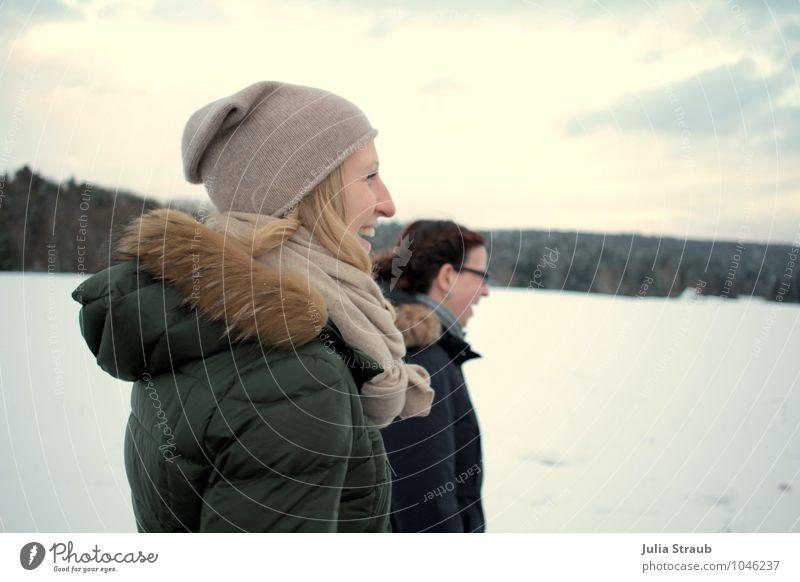 winterspaziergang feminin Frau Erwachsene 2 Mensch 30-45 Jahre Landschaft Winter Schnee Wald Mantel Mütze brünett blond langhaarig lachen laufen lustig Freude
