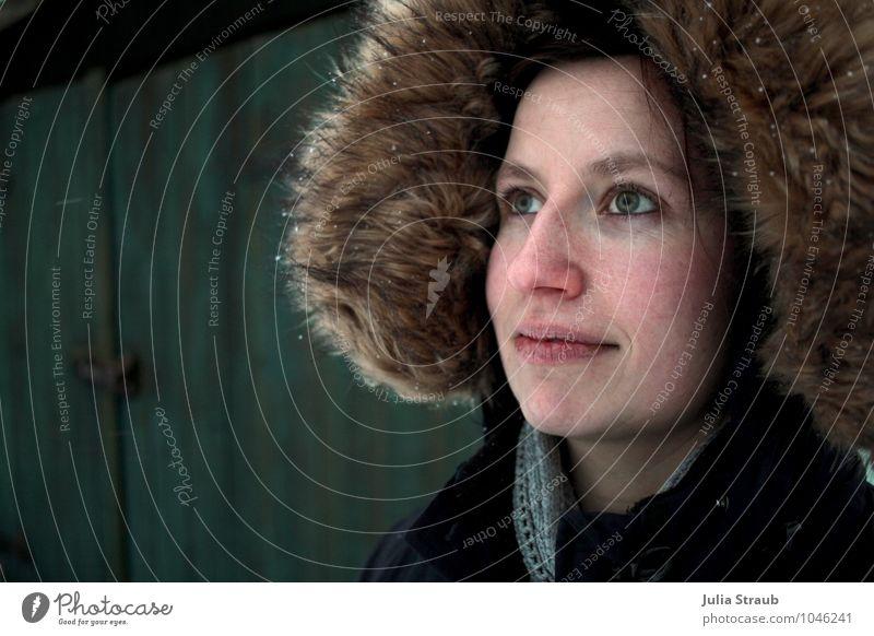deine grünen Augen... feminin Frau Erwachsene 1 Mensch 30-45 Jahre Hütte Tor Jacke Mütze brünett Blick schön Leben Pelzkragen Farbfoto Außenaufnahme Tag