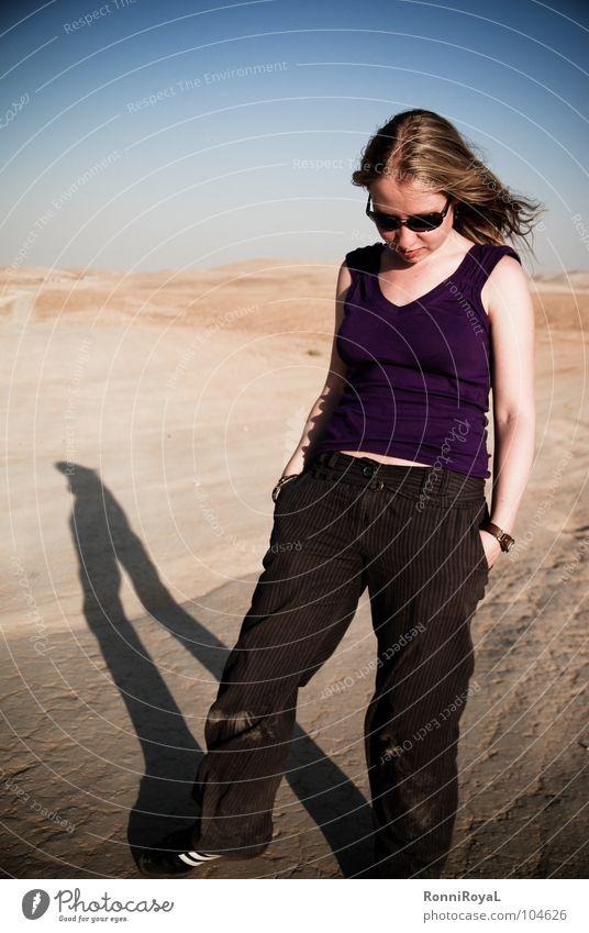 Gedanken wie Sand Sonne Sommer Denken blond Körperhaltung Wüste Asien heiß Sonnenbrille Staub Blauer Himmel Israel Abendsonne Negev