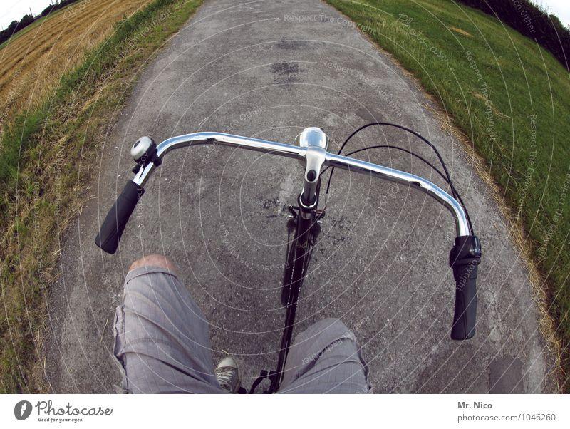 no risk no fun Natur Landschaft Freude Umwelt Straße Wege & Pfade Beine Lifestyle maskulin Freizeit & Hobby Feld Verkehr gefährlich Ausflug Fahrradfahren Fußweg