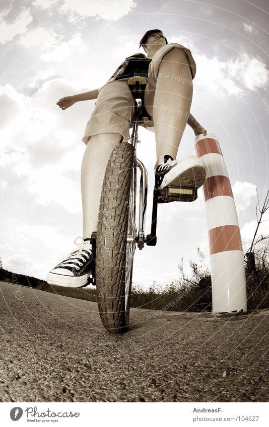 EinRad Freude Wege & Pfade Zufriedenheit Schuhe Fahrrad Freizeit & Hobby sitzen gefährlich stehen Junge Frau Lifestyle Coolness fahren festhalten Gleichgewicht