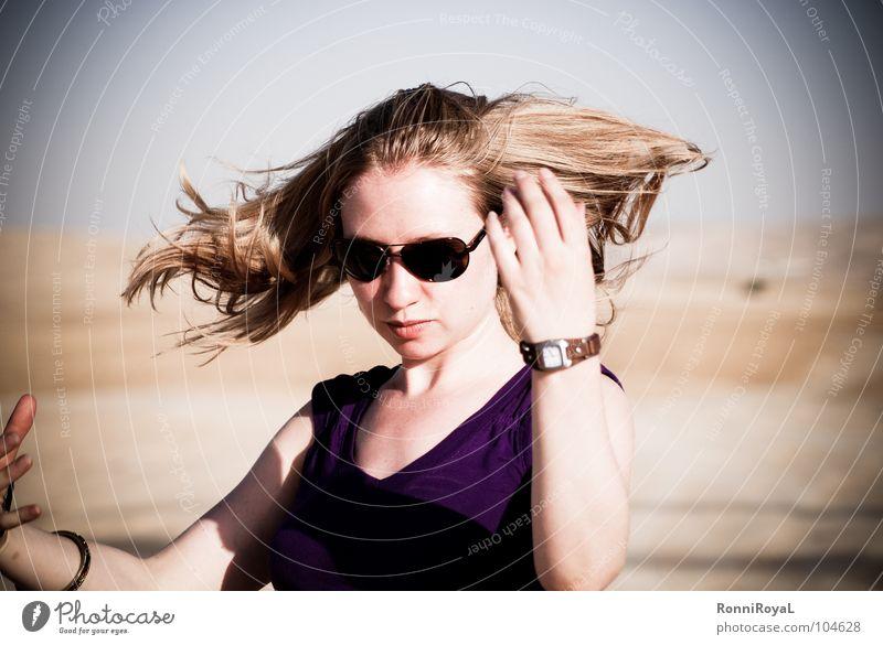 Schüttel die Luft aus den Haaren Israel Negev heiß trocken Sonnenbrille Porträt blond schütteln Sommer Wüste Erde Sand Haare & Frisuren frozen moment