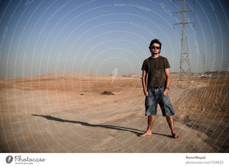 Stromlinienförmig Israel Negev heiß Elektrizität Strommast Sonnenbrille Abendsonne Sommer Wüste Mann blau Himmel Sand Energiewirtschaft Schatten