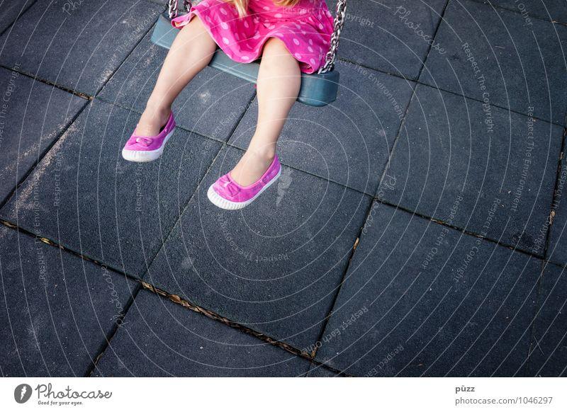 Schaukel Mensch Kind Farbe Freude Mädchen schwarz Bewegung feminin Spielen grau Beine Fuß rosa Kindheit Schuhe Lebensfreude