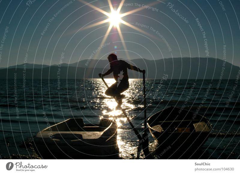 sea-jump Mann Sonne Freude Strand Ferien & Urlaub & Reisen dunkel springen Berge u. Gebirge Freiheit Glück See Wasserfahrzeug hell Hintergrundbild frei