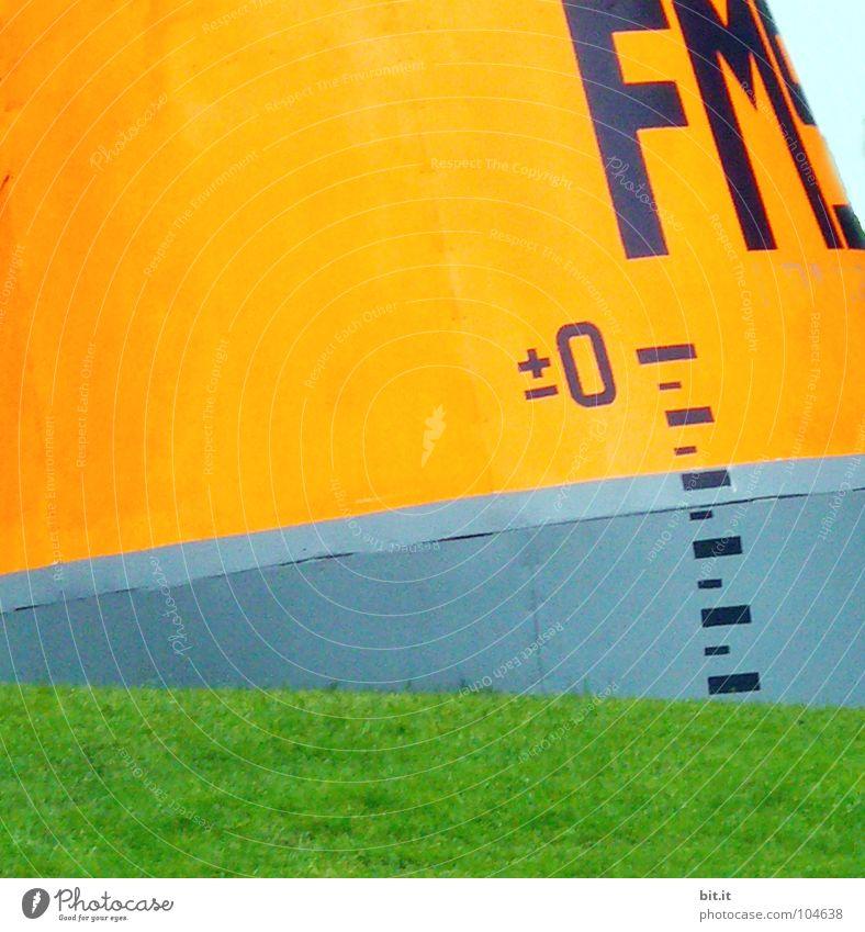 (m. ü. M.) Meter Boje Gras Wiese notleidend Wahrzeichen Kunst Streifen Meer See standhaft mehrfarbig Skala leer Wasserfahrzeug Steg ruhig Einsamkeit maritim
