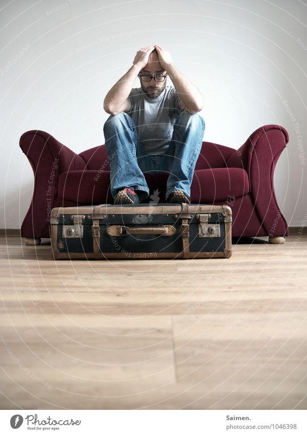 schwerwiegende Veränderungen... Mensch Mann Erwachsene Traurigkeit Gefühle maskulin Körper Vergänglichkeit Wandel & Veränderung Bodenbelag Sehnsucht Fernweh