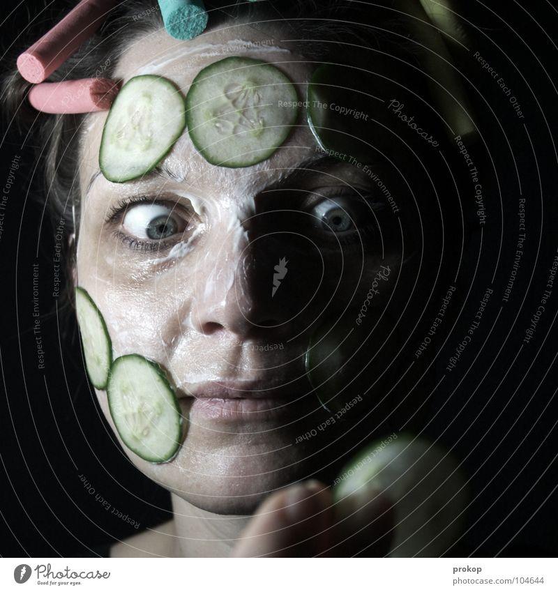 Gurke des Grauens Gesichtsmaske Lockenwickler Körperpflege Frau Porträt schön attraktiv Schminke Wellness dunkel verrückt Krankheit Halloween Kosmetiksalon