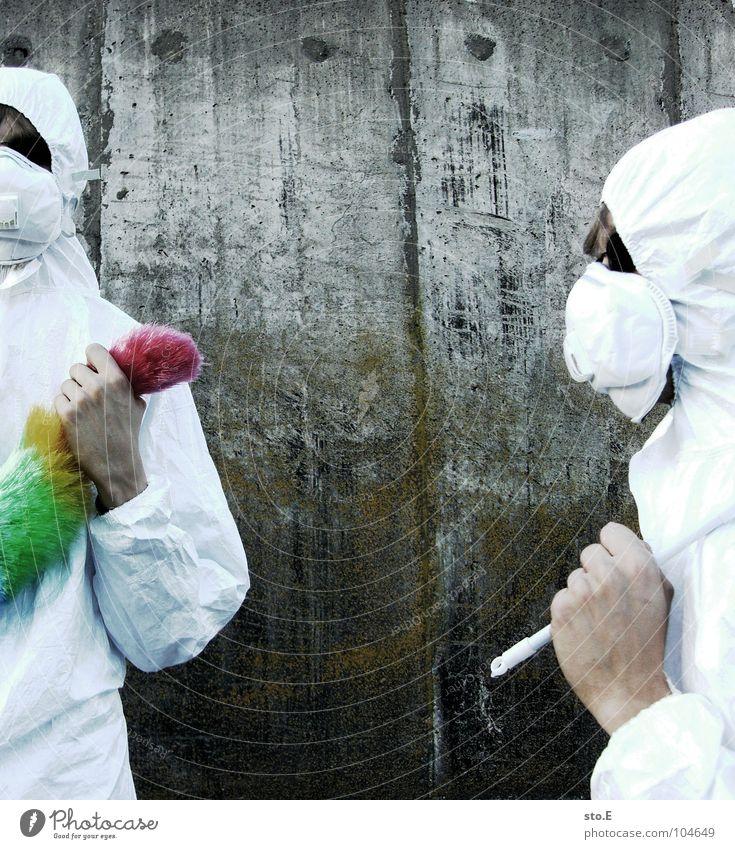 [b/w] profil eines wedelkämpfers Kerl Körperhaltung weiß Arbeitsanzug Quarantäne Labor Laborant Reinigen Raumpfleger Staubwedel mehrfarbig Mundschutz