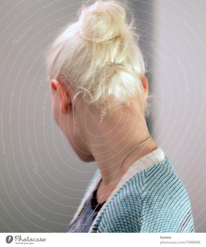 Looking Back schön feminin Junge Frau Jugendliche Haare & Frisuren 1 Mensch 18-30 Jahre Erwachsene Cardigan Strickjacke Schmuck blond Dutt Hochsteckfrisur