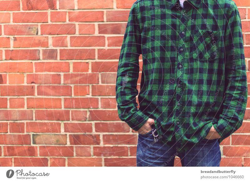 Another brick in the wall Mensch Jugendliche Mann grün Junger Mann 18-30 Jahre Erwachsene Wand Mauer maskulin orange Körper stehen warten Perspektive Bekleidung