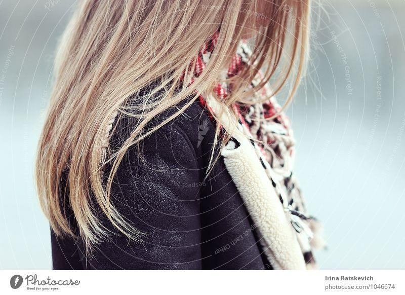 Haare Junge Frau Jugendliche Erwachsene Haare & Frisuren 1 Mensch 18-30 Jahre Mode Mantel Pelzmantel blond kalt schön Gefühle Stimmung Freude Fröhlichkeit