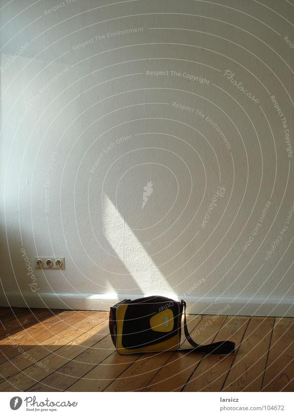 Stromtasche Tasche Licht Elektrizität Steckdose Wand Bodenbelag Holz Tapete Umzug (Wohnungswechsel) Altbau retro Raufasertapete Dinge Schatten Flur Sonne
